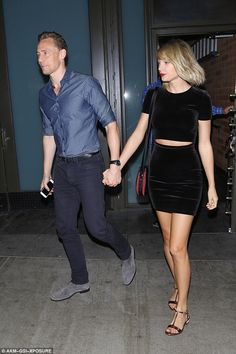 """Taylor Swift and Tom Hiddleston holding hands on dinner date and he give his remarks as """"She is all mine!"""" On Wednesday night Tom Hiddleston and Taylor Swift spo Estilo Taylor Swift, All About Taylor Swift, Taylor Swift Web, Taylor Swift Style, Taylor Hill, Taylor Alison Swift, Taylor Swift Gallery, Taylor Swift Pictures, Taylor Schilling"""