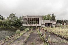 Permanent gesloten: het openluchtzwembad in Hofstade Art Deco Buildings, Old Buildings, Abandoned Buildings, Abandoned Places, Beautiful Ruins, Beautiful Buildings, Creepy Photos, Bauhaus, Building Structure