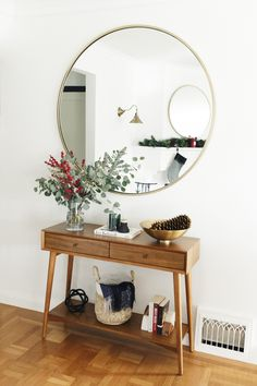 This San Francisco Home Perfectly Captures That Holiday Magic : Console table with mirror, mid century San Francisco Apartment, San Francisco Houses, Living Room Decor, Bedroom Decor, Industrial Design Furniture, Home Remodeling, Sweet Home, House Design, Interior Design