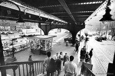 Das Häuschen gibt es schon lange nicht mehr: Der U-Bahnhof Eberswalder Straße. Wann könnte das Bild entstanden sein?