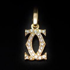 à vendre : 1890€ Pendentif Cartier Charms Double C Or jaune 18k Diamants de 1999. En or jaune 18 carats massif  0.50 carat qualité F-VVS  Largeur du motif  : 8.60 mm  Hauteur totale : 2.5 cm  poids brut  : 2.20 gr  Bijou signé et numéroté , en état neuf  Ecrin et facture d'origine  Vendu avec facture Prix Neuf : 3150€