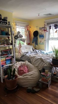 135 spectacular small bedroom design ideas for cozy sleep 27 my.easy-cookings Bedroom Ideas For Small Rooms Bedroom COZY Design Ideas myeasycookings Sleep Small Spectacular Small Bedroom Designs, Bedroom Small, Design Bedroom, Tumblr Rooms, Indie Room, Princess Room, Pretty Room, Room Ideas Bedroom, Diy Bedroom