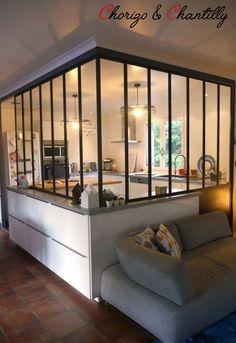 Quand la #cuisine est séparée du salon par une #verrière! Une astuce tout en #design.
