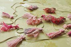 新緑やピンクの花々をイメージしたガーランドです。植物の様にお部屋に飾るだけでお部屋に春をよびこみます。  先端は輪になっておりその先にクリップがついています。  タッセル:色々な糸  タッセルサイズ:H5cm  総丈:2m35cm