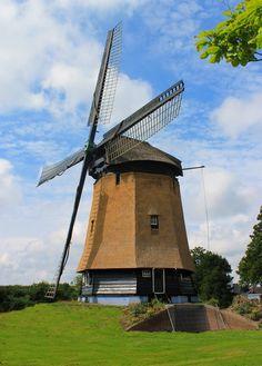De Poldermolen Waarland in de gemeente Harenkarspel N-H, bemaalde de polder Waarland, de molen is waarschijnlijk voor 1571 gebouwd, op een kaart van die tijd staat al een molen aangegeven. De molen is eerst als schepradmolen gebouwd, maar is tussen 1819 en 1863 vervijzeld. In 1877 is er als ondersteuning naast de molen een stoomvijzelgemaal gebouwd ter ondersteuning. In 1949 is door ruilverkaveling de molen buiten bedrijf genomen, de bemaling van de samengevoegde polder werd overgenomen…