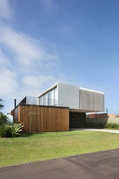 Enseada House is a beach house located in Xangri-lá, RS, Brazil. Arquitetura Nacional designed the house in 2015 for a young family who wanted to have a beach house to rest on the weekends and holidays. The total area of the house is 317 m² ft²). Modern Architecture House, Facade Architecture, Residential Architecture, Modern House Design, Chinese Architecture, Futuristic Architecture, Arch House, Facade House, House Facades