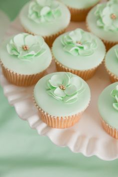 So delicately pretty. Wedding cupcakes in mint ♥♥♥