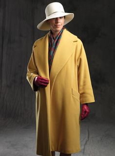 The handsome saffron wool coat is simplicity personified, with its versatile deep collar, welted slash pockets and an optional belt. Sizes S (38), M (40) and L (42) in a mid-calf length. We propose accessories for our Parisian coat: an elegant silk and cashmere scarf, a fur felt hat and nappa gloves.