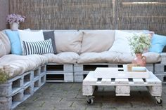 How do you make a lounge set out of pallets? You can find a handy DIY at www. - Tuin ideeën - How do you make a lounge set out of pallets? You can find a handy DIY at www. Outdoor Rooms, Outdoor Sofa, Outdoor Living, Outdoor Decor, Pallet Bike Racks, Layout Design, Diy Furniture, Outdoor Furniture, Garden Design Plans