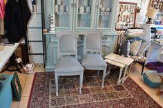 krzesła kolor #FrenchGrey Autentico, nowa tapicerka; w tle kredens w kolorze #WinterSky