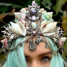 Impresionantes coronas de sirena realizadas con caracolas reales
