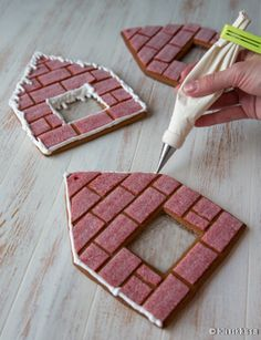 Decorate before construction! Gingerbread House Designs, Gingerbread House Parties, Christmas Gingerbread House, Gingerbread Cookies, Gingerbread Houses, Xmas Food, Christmas Desserts, Christmas Treats, Christmas Cookies