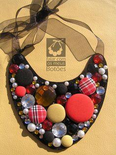 Fabric covered button necklace made by Falar com os meus botões. Visit us on Facebook!