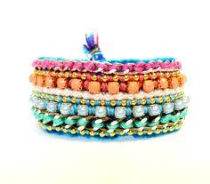 Friendship Bracelet bordado em com minipérolas, bolinhas douradas, correntes e strass em tons Candy! R$55,00