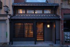 東山三条 京の宿 優り草 - PROJECT   infix design inc. Japanese Interior, Japanese Design, Japan Architecture, Architecture Design, Arched Cabin, Minimal House Design, Traditional Japanese House, Entrance Design, Modern Color Schemes