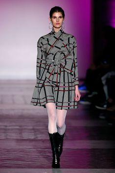 Juan Vidal MBFWMadrid OI 2018/2019 Drapeiados,lazadas, nudos Cuadros gris con hilo en rojo Simply Fashion, Mercedes Benz, Madrid, High Neck Dress, Sweaters, Dresses, Ideas, Vogue Spain, New York Fashion