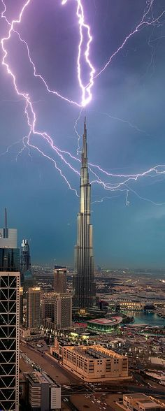 Blitzschlag – Dubai – Mahmut Kırnık – Join the world of pin Ride The Lightning, Thunder And Lightning, Lightning Strikes, Lightning Storms, Voyage Dubai, Cool Pictures, Cool Photos, Wild Weather, Storm Clouds