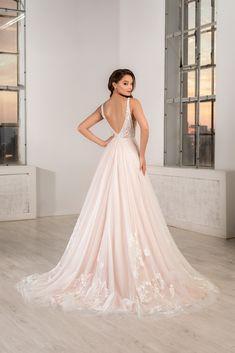 Rochie de mireasa vaporoasa, lejera, in stil grecesc. Acesta rochie de mireasa cu trena este una dintre cele mai usoare dar si sofisticate rochii din colectia Aryanna Karen. Model disponibil pe blush si alb natural. Wedding Dresses, Model, Fashion, Bridal Dresses, Moda, Bridal Gowns, Wedding Dressses