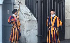 Swiss guard on patrol on Vatican City! Swiss Guard, St Peters Basilica, Vatican City, White Girls, Rome, Italy, Country, Places, Pictures