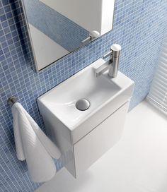 Keramag Gästebad. Die streng geometrische Formgebung der Waschtische und Badmöbel von Xeno präsentiert ein klares Raumkonzept. 400 mm breit, die Armatur auf der rechten oder linken Seite und mit passendem Unterschrank und Lichtspiegelelement zu kombinieren. So bringt das neue Xeno Handwaschbecken auch in den Gäste-WC-Bereich klare Gestaltungsstrukturen mit hohem Anspruch.