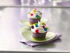Rainbow in springtime with these easy-to-make recipes for birthday and Easter cakes for kids