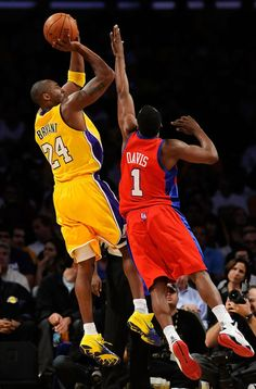 photo by Kevork Djansezian/Getty Images via Zimbio Basketball Pictures, Love And Basketball, Sports Pictures, Kobe Bryant Family, Kobe Bryant Nba, Sports Basketball, Basketball Players, Basketball Skills, Lakers Kobe