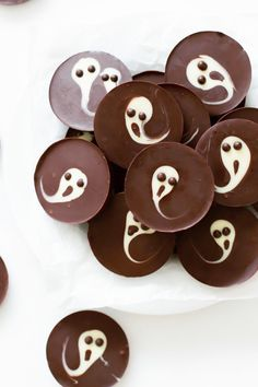 DIY 2 Ingredient Chocolate Ghost Cups Make these beyond easy 2 ingredient Chocolate Ghost Cups in 15 minutes minutes. This is a kid friendly DIY. For DIY Halloween Drinks go here: halloweencrafts. Fun Halloween Treats, Healthy Halloween Snacks, Halloween Appetizers, Halloween Cakes, Easy Halloween, Halloween Drinks, Halloween Dinner, Halloween Recipe, Halloween Parties