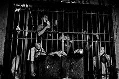 Der Fotograf Valerio Bispuri besuchte in zehn Jahren 74 Gefängnisse in Südamerika. Die Insassen, sagt er, kämpften um ihre Würde.