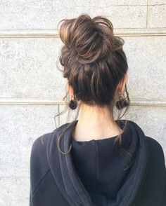Messy Buns For Life - Highpe My Hairstyle, Easy Hairstyles, Medium Hair Cuts, Short Hair Cuts, Hair Inspo, Hair Inspiration, Edgy Short Haircuts, Summer Wedding Hairstyles, Hair Arrange
