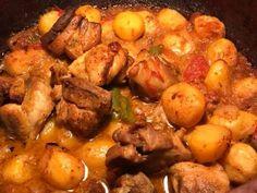 Χοιρινό εξοχικό στη γάστρα με πατατούλες baby Meat, Chicken, Pork, Kale Stir Fry, Pork Chops, Cubs