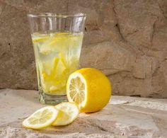 Citron är en frukt som använts i årtusenden för sina fantastiska egenskaper. De gamla egyptierna använde citron som både potensmedel och febermedicin, och antikens greker och romare använde den för att hålla insekter borta från maten. Pint Glass, Lose Weight, Tableware, Lemon, Juice, Drinking, Knowledge, Health, Thoughts