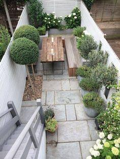 Slim Rear Contemporary Garden Design London diy small garden ideas 40 Garden Ideas for a Small Backyard Small Courtyard Gardens, Small Courtyards, Small Gardens, Outdoor Gardens, Small Terrace, Courtyard Ideas, Rooftop Gardens, Green Terrace, Small Balconies