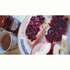 he perfect way to start off your day tea + jam + The Foundations #englishbreakfasttea #mackays #blueberry #blackcurrant #preserve #apple #BuildMeUpButtercup