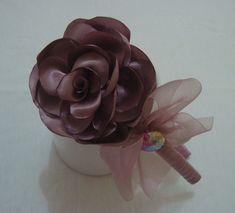 Tiara infantil com linda flor em cetim e laço de organza para encantar as princesas. R$ 24,90