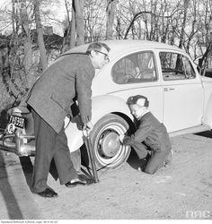 Jan Rumpel z synem pompują koło w samochodzie Volkswagen Garbus.