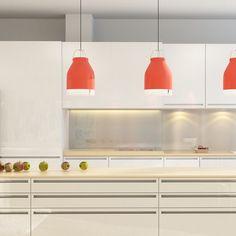 Contrasta tu cocina blanca con unas lámparas que aporten color al espacio