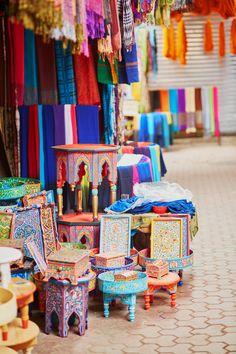 Tienda del zoco de Marrakech con muebles artesanales.