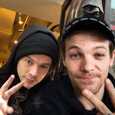 My New religion💚💙 Malik One Direction, One Direction Louis Tomlinson, One Direction Images, Fanfic Larry Stylinson, Larry Shippers, Harry 1d, Harry Styles Cute, Mr Style, Louis And Harry