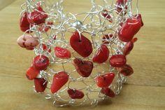 Armband gebreid met zilverdraad met rode koraal-kralen.