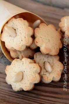 Biscotti semplici al miele: comfort food goloso e facile. Friabili,leggeri, buoni.Realizzati con la pasta frolla al miele. Ideali a colazione con latte o tè