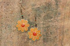 Zlaté květinky Smaltované květinky do uší... ... vyrobené z ručně vyřezávané mědi, osmaltovány zlatým šperkařským smaltem, jsou v něm drobné prasklinky a krásně se lesknou... na sluníčku paráda :). Průměr kytičky je 4 cm. Háček = afroháček.