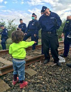 Foto: el tierno gesto de un niño refugiado desarmó a un policía - Noticias del Mundo http://befamouss.forumfree.it/?t=71371598