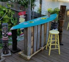 Only Two Pallets Made This Totally Tubular Surf Themed Backyard Bar - Bar Deko Ideen Surfboard Table, Surfboard Decor, Surf Decor, Pool Bar, Bars Tiki, Outdoor Tiki Bar, Outdoor Bars, Outdoor Pub Table, Deco Surf