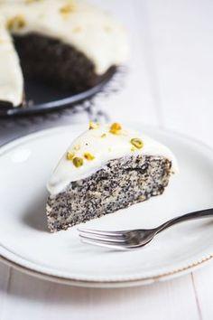 """Rčení """"ani za mák"""" tu dnes rozhodně nenajdete. Po ochutnání našich lahodných receptů budete zásadně pro mák! Propadněte kouzlu vláčného dortu, křehkých sušenek nebo nadýchaných lívanců! Sweet Desserts, Sweet Recipes, Cake Recipes, Dessert Recipes, Raw Carrot Cakes, German Baking, Kolaci I Torte, Czech Recipes, Sweets Cake"""