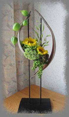 Pin about Contemporary flower arrangements on Floral Art Arte Floral, Deco Floral, Arrangements Ikebana, Ikebana Flower Arrangement, Contemporary Flower Arrangements, Creative Flower Arrangements, Design Floral, Arreglos Ikebana, Fleur Design