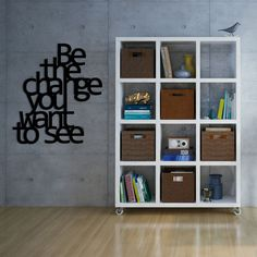 Scritta decorativa 3D da parete realizzata in PVC. Si applica facilmente con nastro biadesivo incluso.