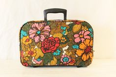 i have a small obsession with vintage suitcases... this one is fierce!