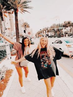 vsco accessories for room Cute Poses For Pictures, Cute Friend Pictures, Friend Photos, Cute Tumblr Pictures, Poses Photo, Picture Poses, Best Friend Poses, Poses With Friends, Cute Friends