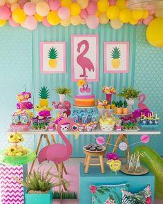 Flamingos para o primeiro aninho da Isabela!!! Fotos por @vitorayalafotografo #festaflamingoeabacaxi #festaflamingos #flamingosparty…