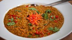 Indisk dal av røde linser er en enkel og vegetarisk gryte som kan serveres med ris, brød eller begge deler.